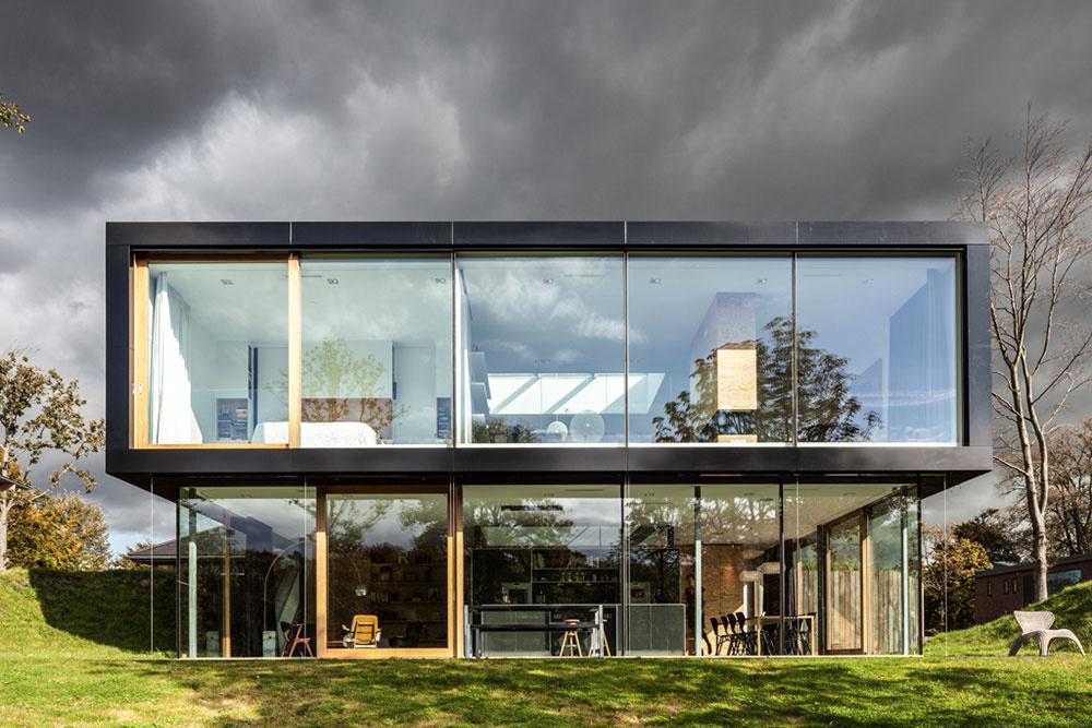 Severná a južná fasáda domu prvého poschodia je prevažne zo skla