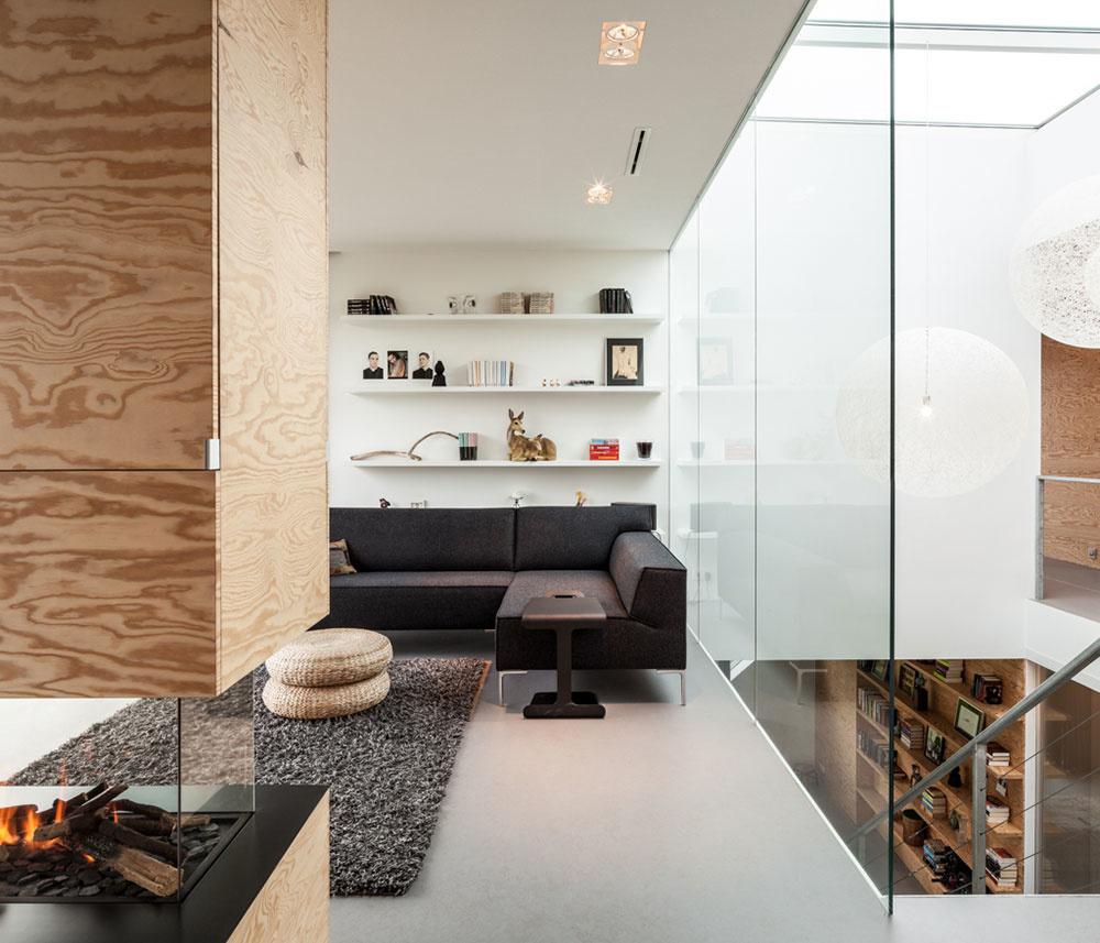 Veľké sklené plochy obsahujú vždy posuvnú, otvárateľnú časť, ktorou domáci prepoja jedným pohybom interiér s exteriérom.