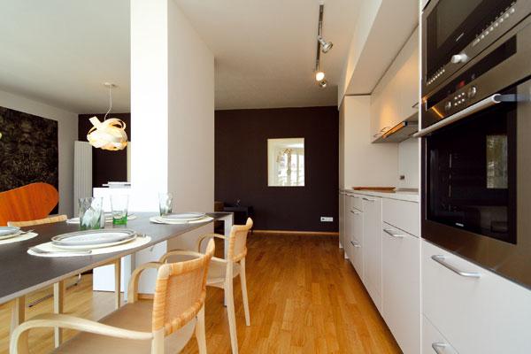 Staticky nevyhnutné piliere opticky rozdeľujú jednotlivé funkcie spojeného priestoru – v tomto prípade kuchyňu a obývaciu časť.