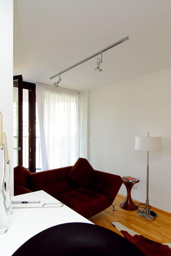 Priečky oddeľujú len nočné a denné miestnosti. Denné miestnosti sú riešené ako otvorený priestor s len naznačeným členením.