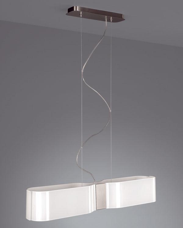 Lampa Ediso od firmy Massive s tienidlom z mliečneho skla a kovovou konštrukciou. Zdroj: 2 × E27, 23 W (súčasťou balenia). Rozmery: v 164 × š 72 × h 12 cm. Cena 148,5 €.