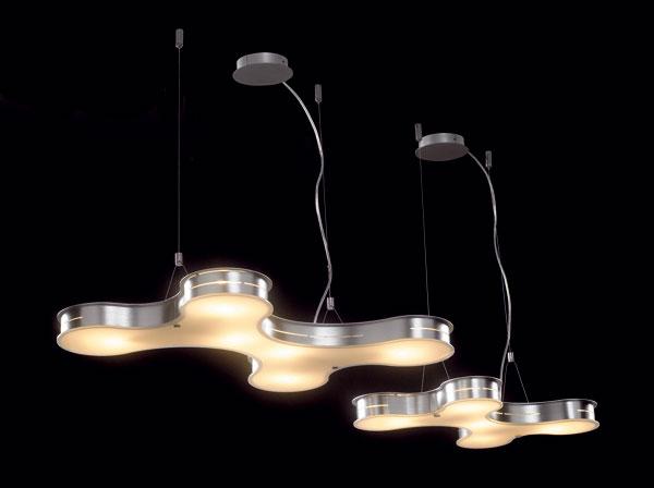 Ufónske lampy od firmy lluminati s označením MD7115-6A z hliníka a matného skla. Zdroj: 6 × G9, 40 W. Rozmery: d 65 × h 46,8 × v 150 cm. Cena 180 €.