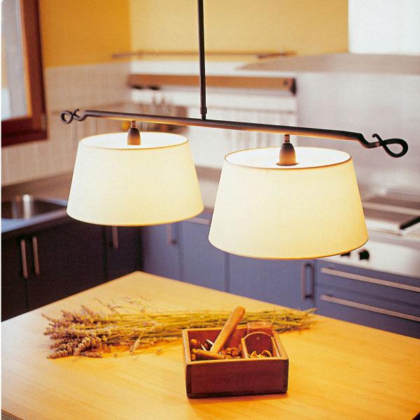 Lampa Rolanda S od firmy Bover, priemer 52 cm, výška 31,2 cm, dĺžka zavesenia 181 cm. Zdroj: 1 ×150 W E-27 halogénka alebo 1 × 30 W Dulux.