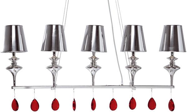 Luster Coccia od firmy Kare desing s označením 69186. Päť kovových ozdobných lampičiek upevnených na konzole, z ktorej visí deväť červených sklíčok. Zdroj 5 ×E14, 40 W. Rozmery: 49 × 50 × 21 cm. Cena 480 €.