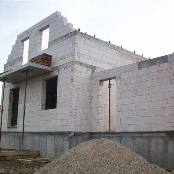 Ak sa dodrží postup, múry postaví aj laik