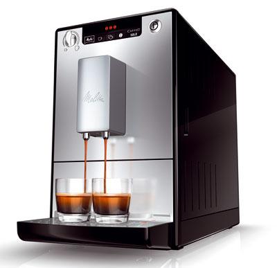 Automatický kávovar Melitta Solo schrómovanými ovládacími prvkami adýzami na výdaj kávy, nastaviteľný oceľový mlynček aautomatický dávkovač kávy.