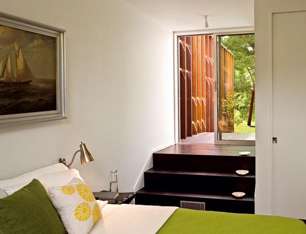 Do hosťovskej izby sa vstupuje sprava cez predsieň pod schodiskom v obývacej izbe.