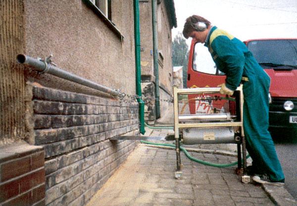 Nadmerná vlhkosť ohrozuje kvalitu stavby, ako ju odstrániť?