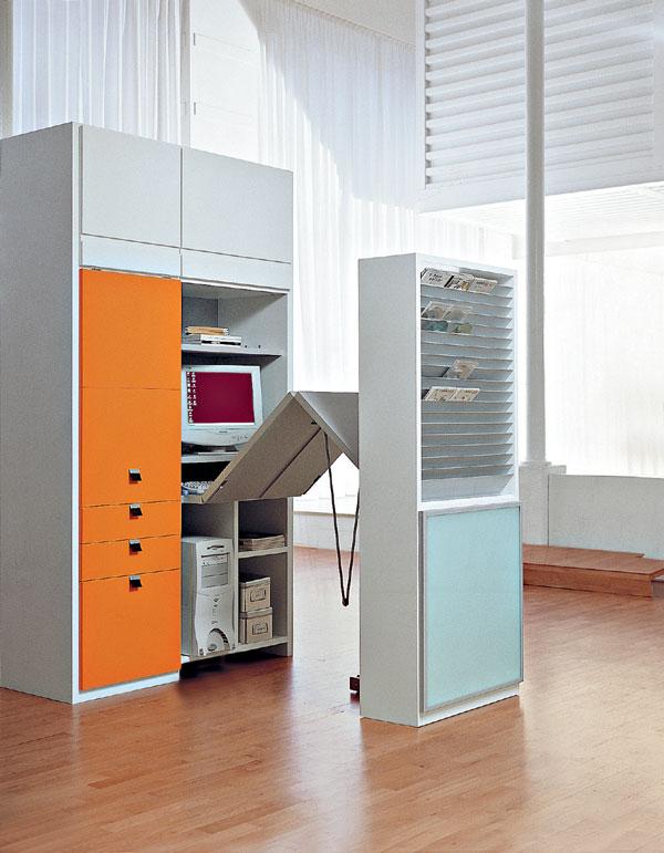 Za dvierkami pracovne: alebo: pracovňa v skrini