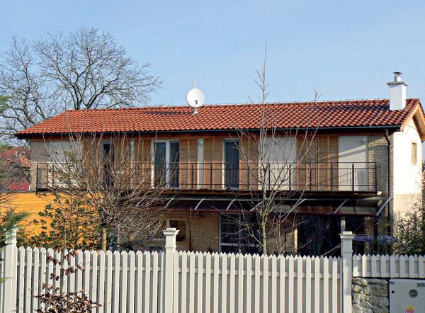 """:) Drevené posuvné okenice sú pekným doplnkom tejto jednoduchej, vkusnej fasády. Veľa ľudí argumentuje, že súčasná architektúra je chladná, a preto si svoje nové domy patrične vyzdobujú """"kučierkami"""", aby vyvolali dojem tepla. Ono to však nie je len o kučierkach. Toto je pekný príklad teplo pôsobiacej fasády so všetkým, čo ju dotvára."""