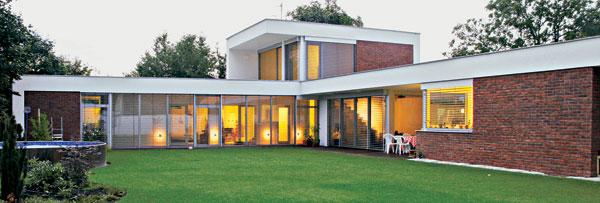 :) Proporčná, vyvážená použitými materiálmi, elegantná, a pritom nie studená. Jednoducho veľmi pekný príklad kvalitnej fasády.