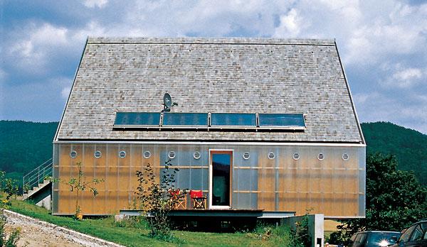 :) Zaujímavá fasáda môže vzniknúť aj v prípade, keď sa polystyrén na zateplenie vymení za vzduchovú medzeru a omietku nahradí sklo. Prioritná technická funkcia tu vytvorila estetický prvok fasády.