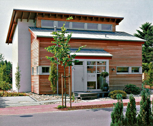 :) Drevo ako exteriérový materiál je náročný na pravidelnú údržbu, no napriek tomu je čoraz obľúbenejším materiálom na obloženie fasády. Vytvára pôsobivú štruktúru a dodáva domu teplejšiu atmosféru.