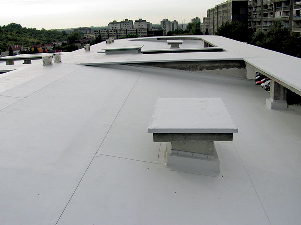 … aby plochá strecha netiekla