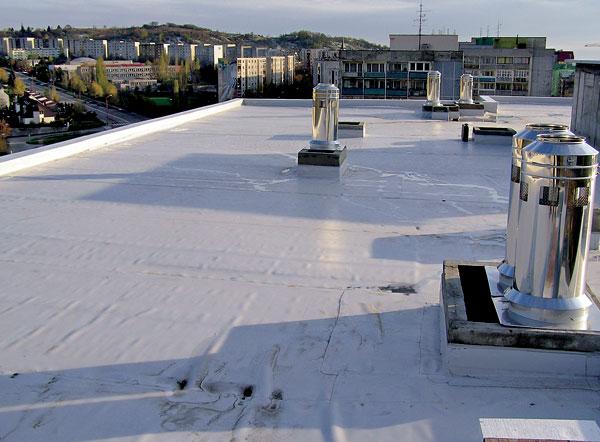 Komín a plochá strecha