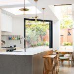 Vprístavbe na prízemí sa nachádza kuchyňa sjedálenskou časťou. Vďaka veľkému oknu na šikmej stene je jedáleň vizuálne spojená sterasou, čo je určite veľkou pridanou hodnotou tejto rekonštrukcie. Predstavte si, že by miesto okna včiernom ráme bola biela stena. Priestor by pôsobil asi mierne klaustrofobicky...