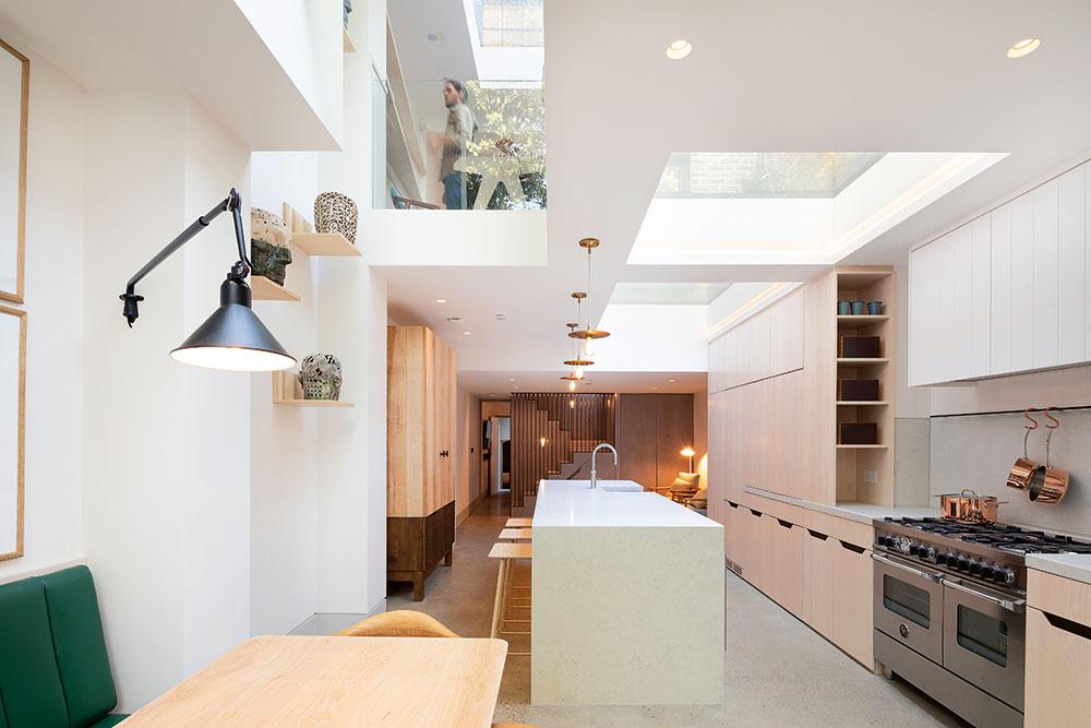 Strešné okná prístavby privádzajú dnu množstvo denného svetla, to je jeden znajväčších benefitov celej rekonštrukcie. Hoci je dom na pomerne malom aúzkom pozemku, vôbec nepôsobí stiesneným dojmom, práve naopak. Premyslene umiestnené okná azasklené plochy dnu vpúšťajú nielen svetlo, ale aj pocit vzdušnosti.