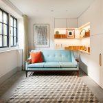 Farebnosť celého interiéru je veľmi decentná. Svetlé steny apodlahy sú okorenené najmä príjemne pôsobiacimi textíliami v teplých odtieňoch.