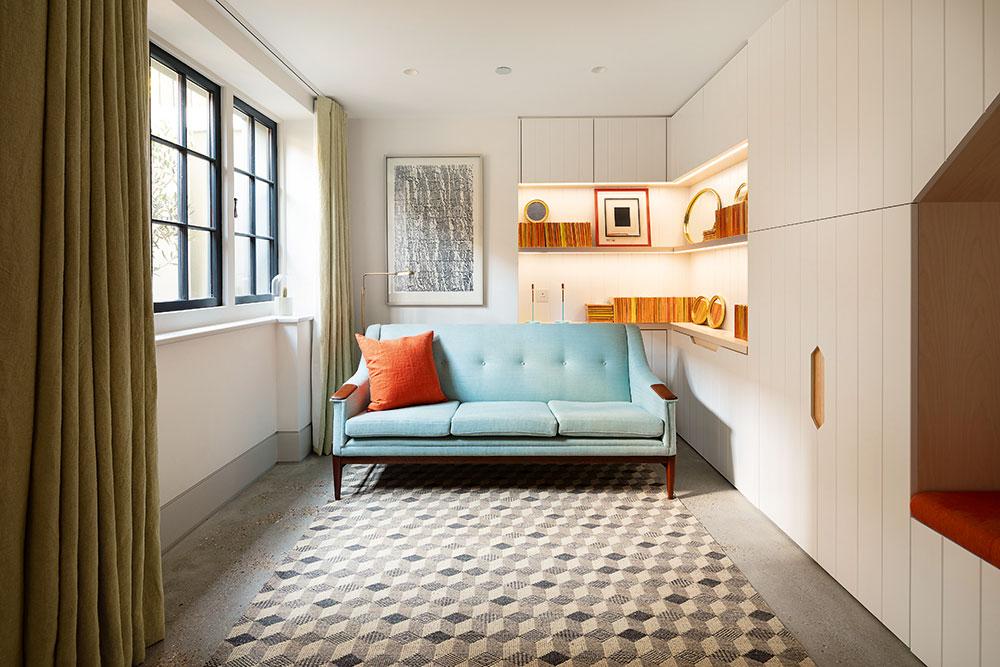 Svetlé steny apodlahy sú okorenené najmä príjemne pôsobiacimi textíliami v teplých odtieňoch.