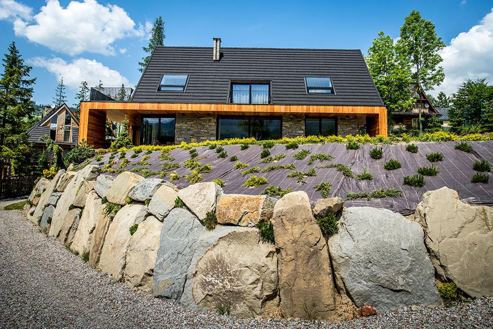 dom je postavený vo svahu