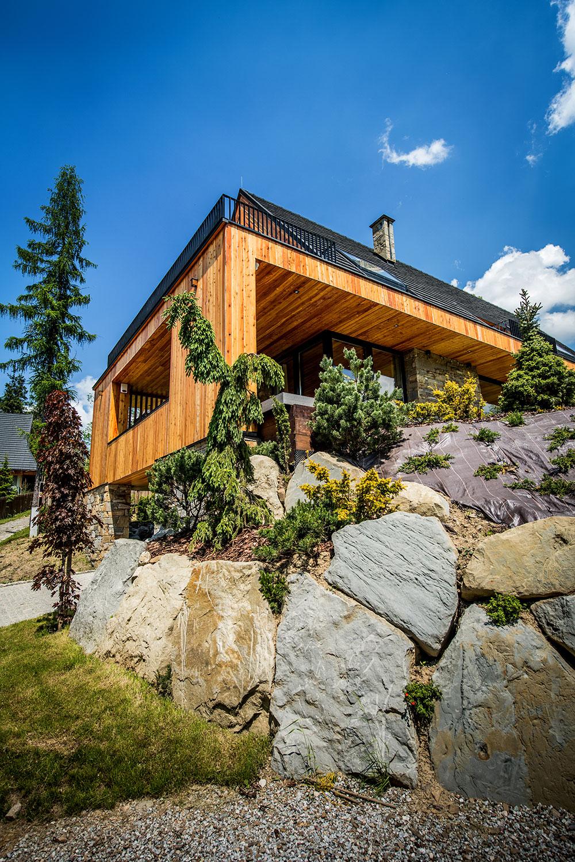 dom stojí na kamennom sokli z miestneho pieskovca