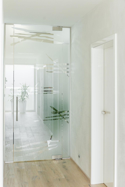 sklenené dvere oddeľujúce vstupnú a oddychovú časť domu