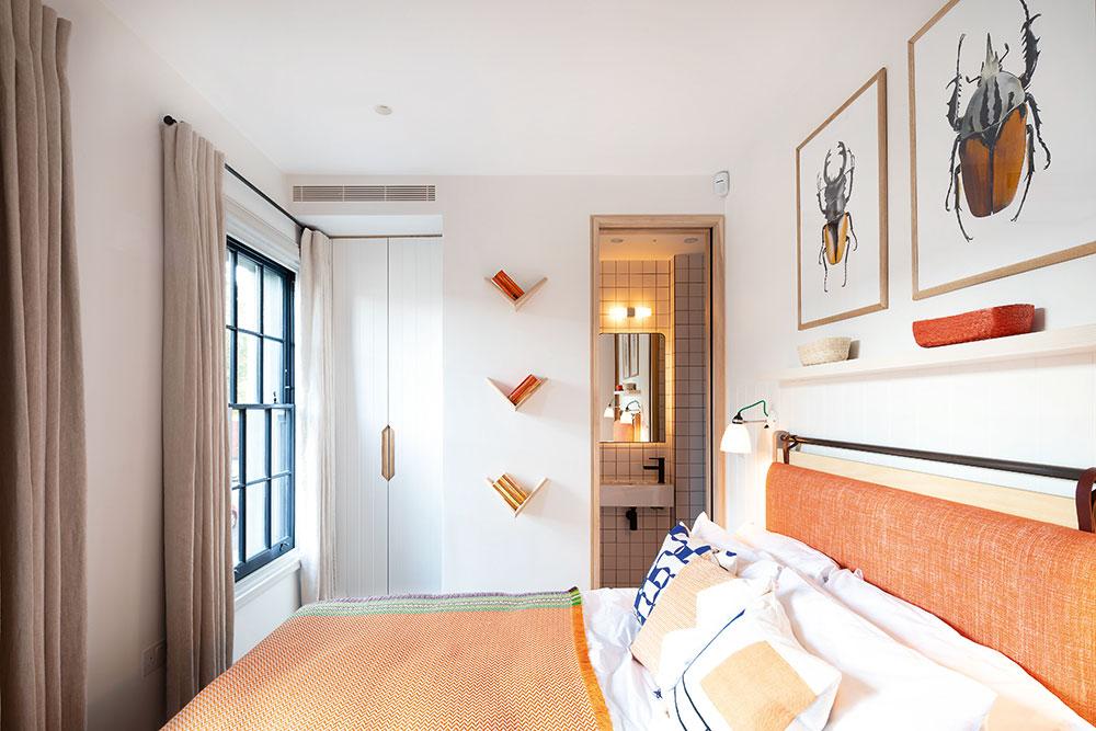 Jedna spálňa na poschodí je ladená do oranžova, druhá do modra. Obe sú však dôkazom toho, že niekedy stačí naozaj málo pre veľký efekt. Vtýchto prípadoch sú to mimoriadne vhodne zvolené farebné odtiene textílií. Oranžová spálňa pôsobí útulne, ale zároveň sviežo. Pritom stačí len zaujímavé čelo postele apár obrazov, ktoré vtomto prípade tematicky ladia aj so spodným podlažím.