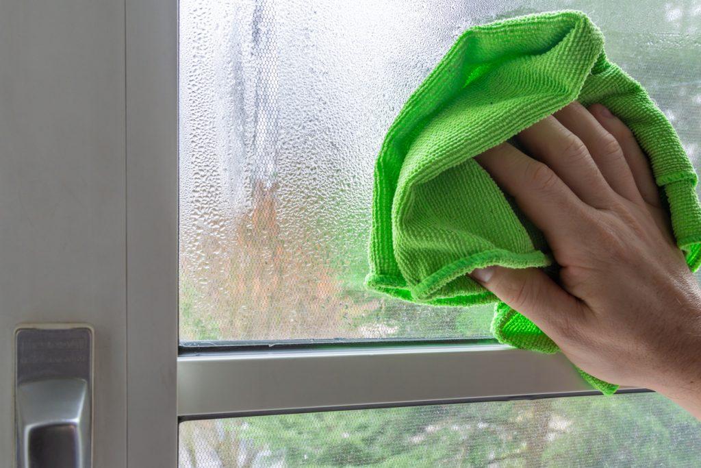 Aký problém signalizujú zarosené okná a ako ho riešiť?