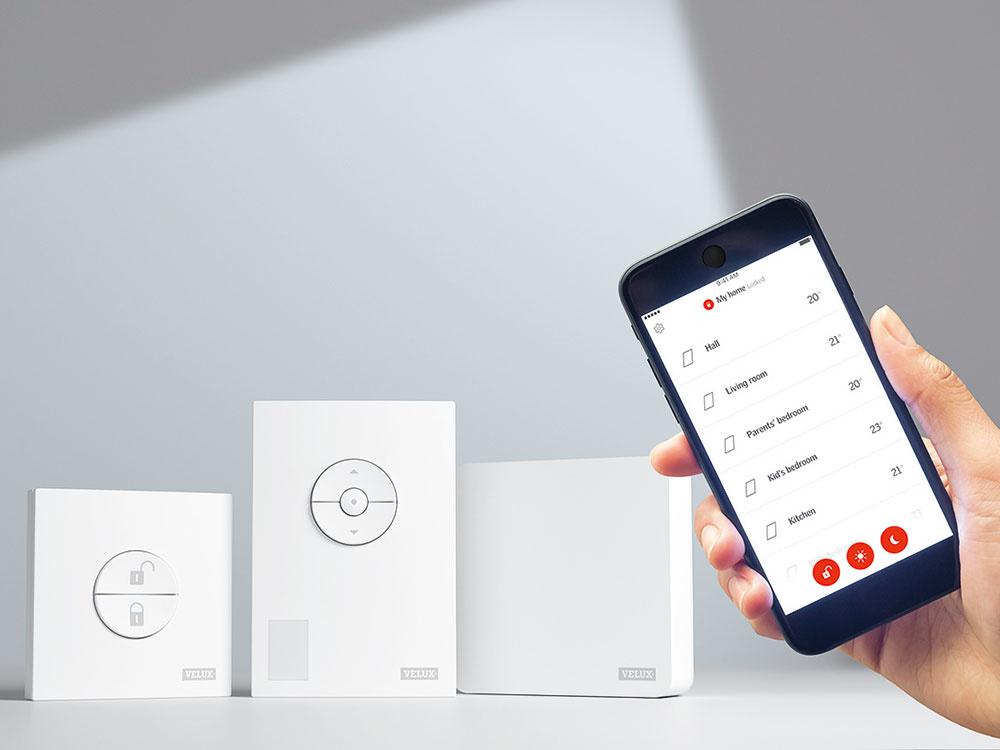VELUX ACTIVE je systém diaľkového ovládania strešných okien, ktorý umožňuje riadiť vetranie a tienenie. Senzory monitorujú teplotu, hladinu  CO2 a vlhkosť a na základe nameraných hodnôt systém ovláda strešné okná a tieniace prvky VELUX. Aplikácia VELUX ACTIVE je kompatibilná so systémom Apple HomeKit a dá sa ovládať aj hlasom. Systém možno nainštalovať aj dodatočne.