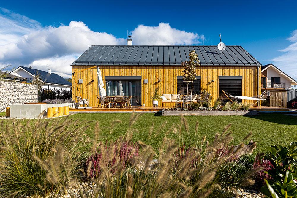 Jednoduchý dom s drevenou fasádou, ktorý sa dokonale hodí do tatranskej dedinky
