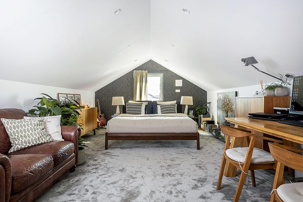 Rodičovské zázemie – spálňa s pracovňou v podkroví – je prístupné z obývačky po elegantných oceľových schodoch. Nadväzujú naň ešte šatník a odkladacie priestory v najnižšej časti pod strechou, ktoré sa využívajú najmä na uloženie sezónnych vecí a ako archív.