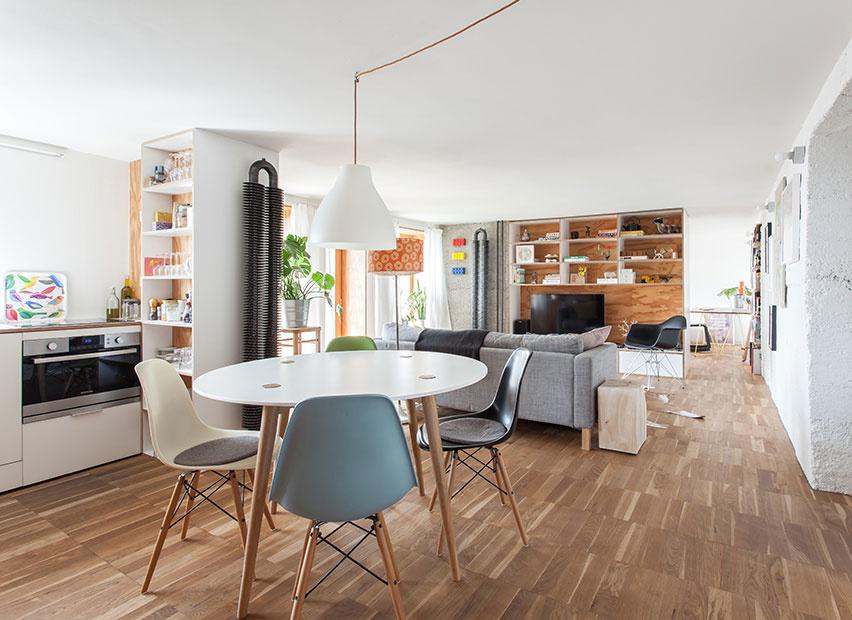 Architekt si v Bratislave vytvoril malý loftový byt zo skladových priestorov