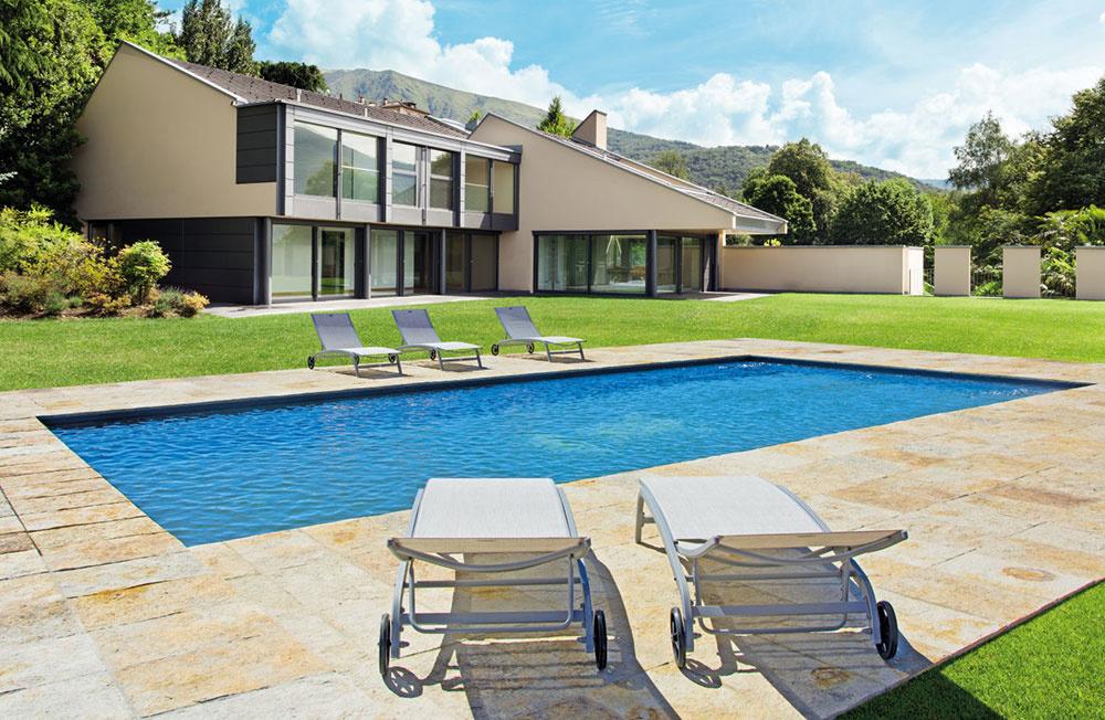 Stavebnicové bazény radu Mercury sa skladajú zo špeciálnych hrubostenných oceľových panelov so špeciálnym žiarovým pozinkovaním. Vďaka tomu si môžete zvoliť dĺžku aj šírku bazéna rovnako ako hĺbku a viacúrovňový profil dna. Na fotografii model Faro.