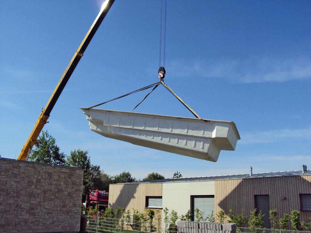 """Monolitnú """"vaňu"""" keramických či sklokompozitných bazénov niekedy na záhradu pomáha dopraviť žeriav."""