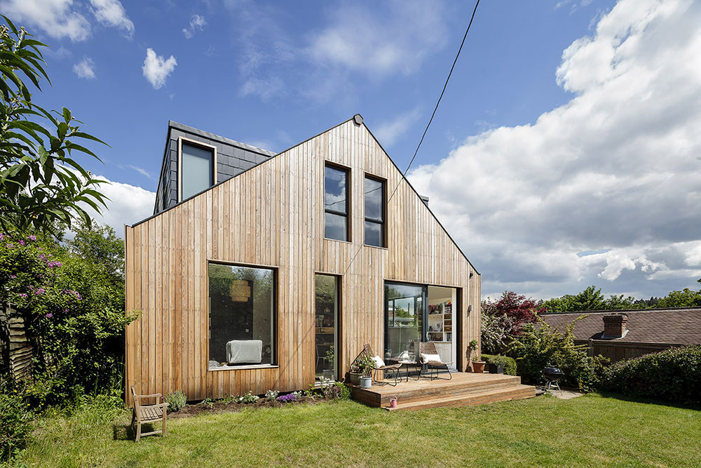 Premenou starého bungalovu získala rodina plnohodnotný rodinný dom