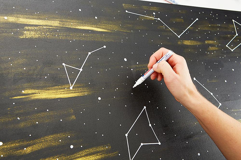 Kreslenie. Bielou fixkou nakreslite na obraz hviezdy a pravítkom ich vzájomne pospájajte rovnými čiarami. Použiť môžete aj vopred pripravené šablóny.