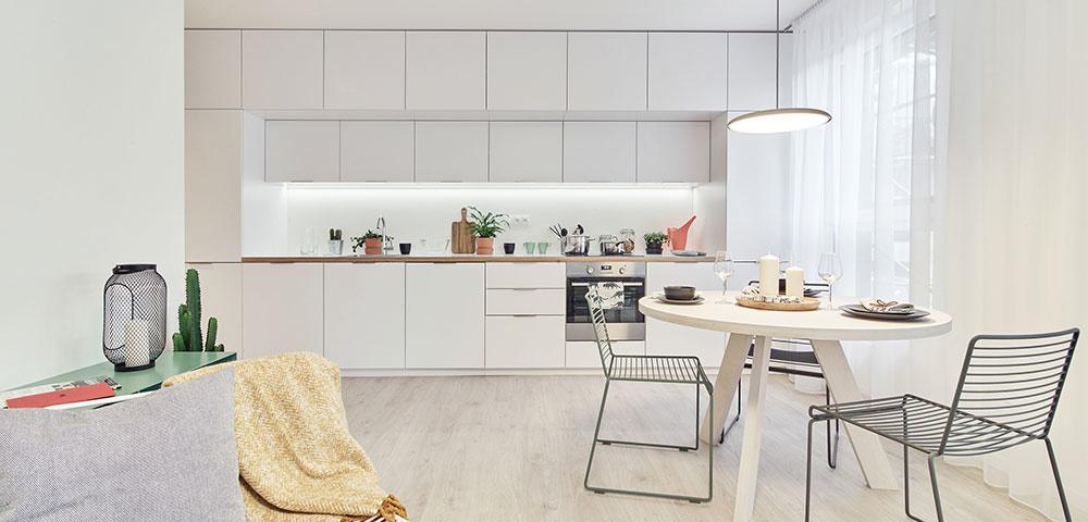 kuchyňa s jedálenskym kútom Kuchynská linka vo väčšom byte má množstvo úložných priestorov až po strop