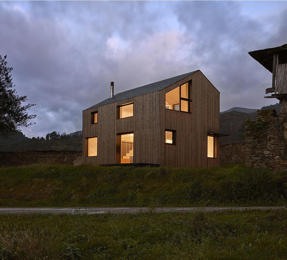 Fasáda domu Montaña je z veľkej časti pokrytá tenkými drevenými latkami v zvislom smere.