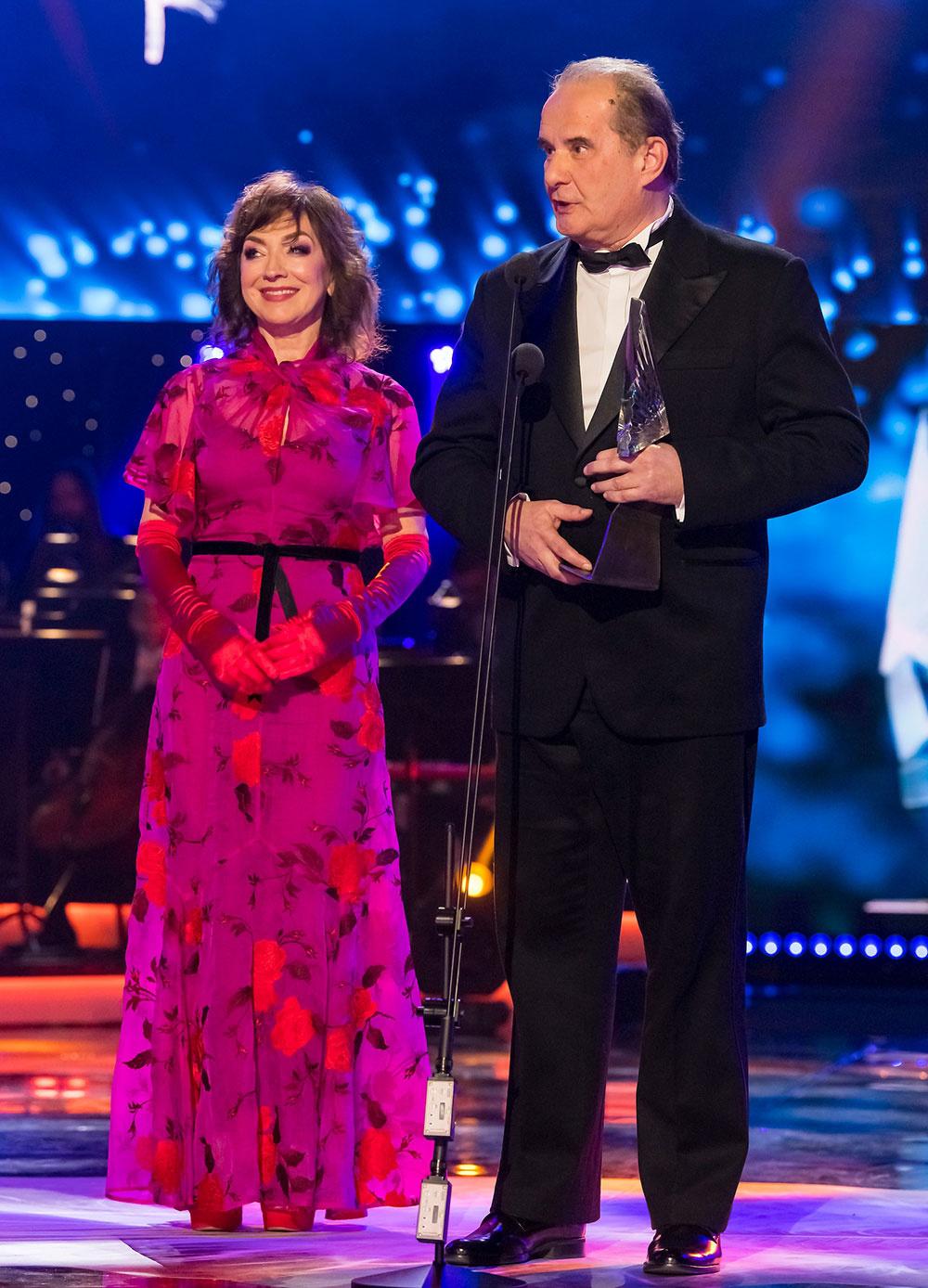 Mária Vaškovičová a generálny riaditeľ SND Peter Kováč odovzdali Mimoriadnu cenu scénografovi Jozefovi Cillerovi.