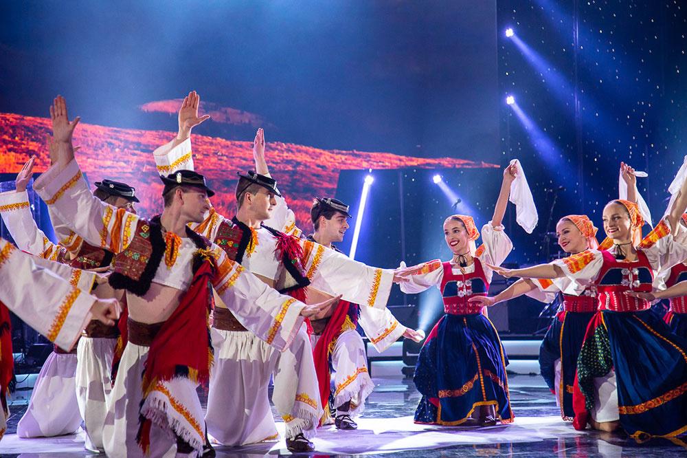 Krištáľové krídlo otvoril tanečný súbor Lúčnica svojím živým vystúpením.