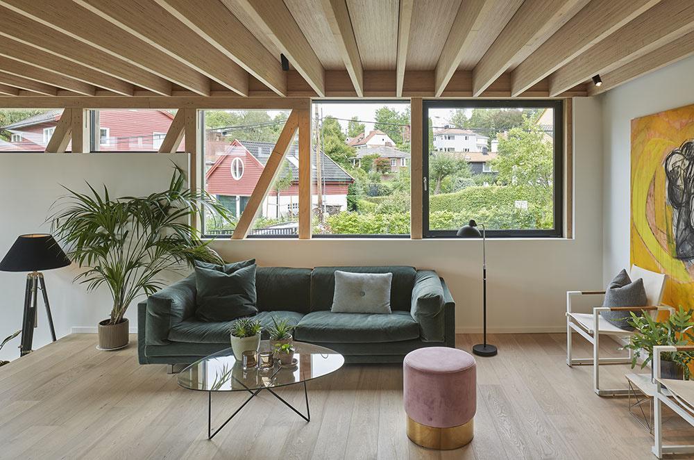 spoločenská miestnosť so zelenou sedačkou