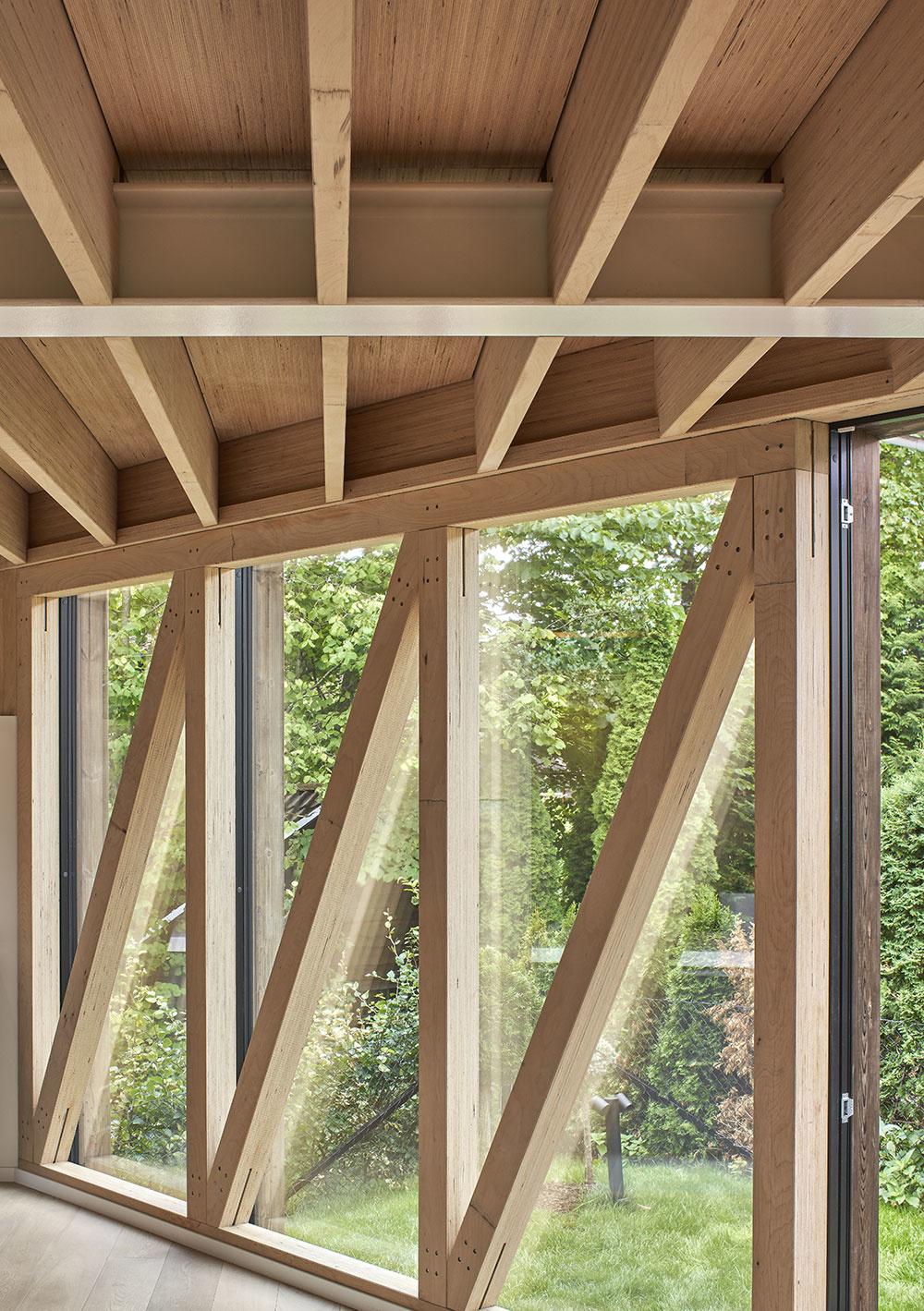 drevené trámy na strope, drevené stĺpy, trámy, ktoré križujú okná zvnútra a ich kombináciu s oknami.