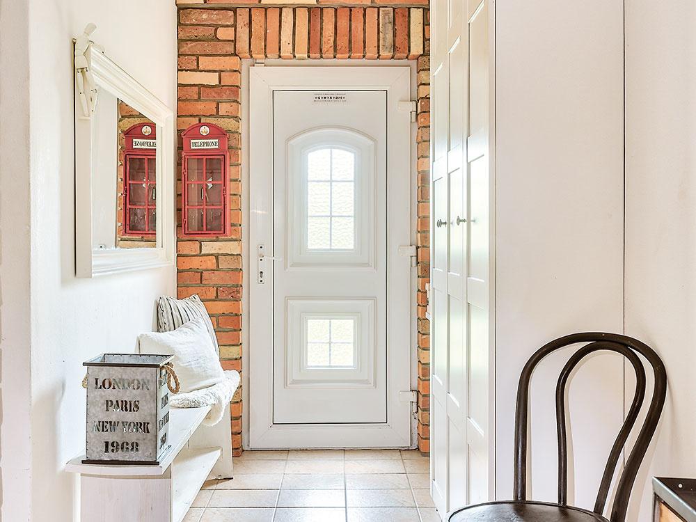 Kamenná dlažba a priznaná tehlová stena nemusia pôsobiť ako opustený hrad. V kombinácii s bielou vytvoria ľahký a svetlý interiér, ktorý sa dá doladiť k akémukoľvek trendu.