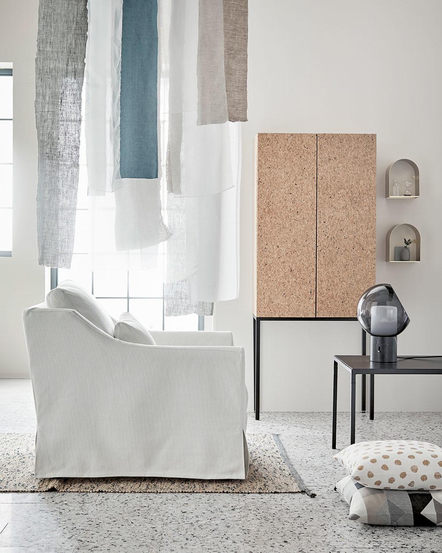 Ak sa neodvážite na veľkú plochu, skúste si domov doniesť aspoň jednu skrinku alebo pár doplnkov – a nemusí to byť len nástenka.