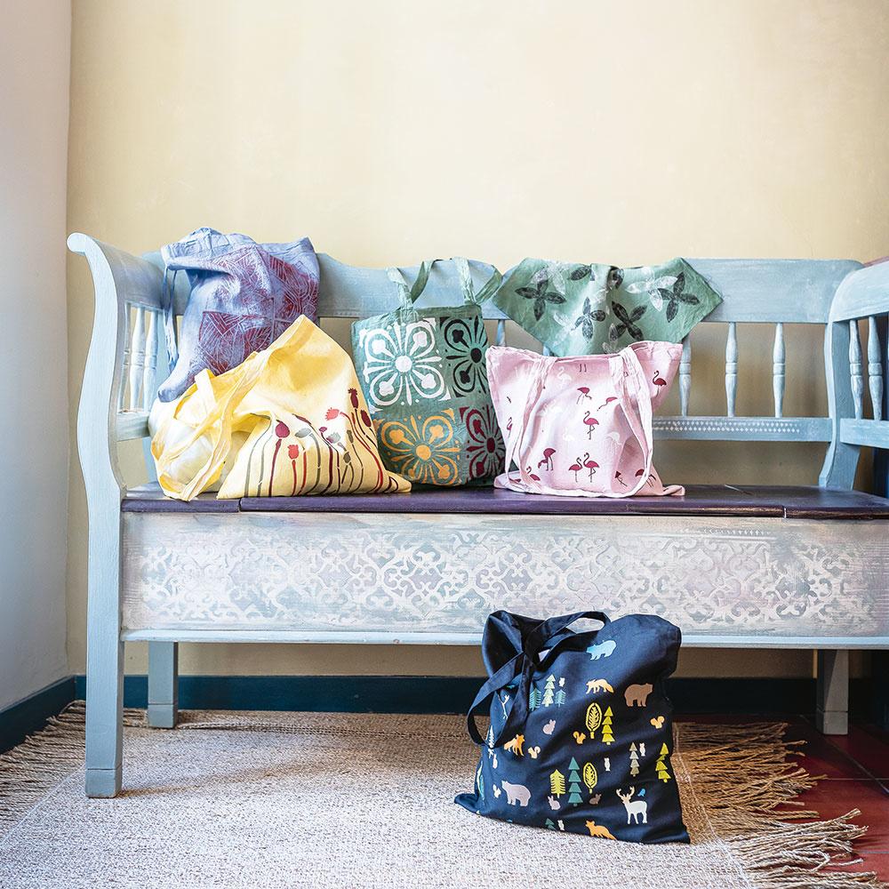Textil nechajte vysušiť – najlepšie na slnku, alebo farbu zafixujte žehlením cez papier na pečenie.