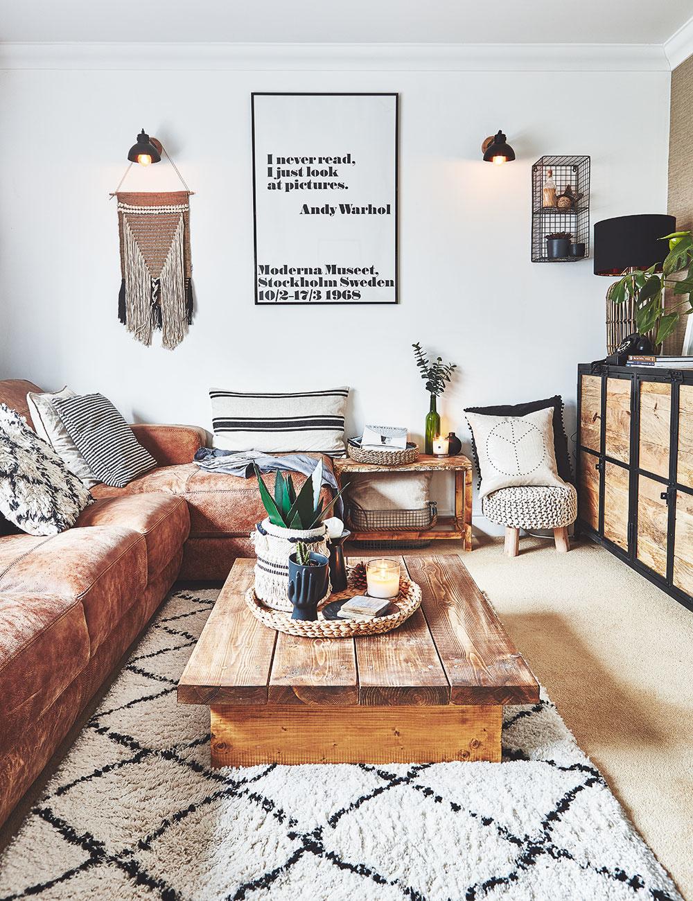 Svetlý celoplošný koberec a sedačka v hnedej