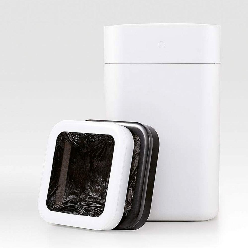 Inteligentný kôš, ktorý automatický zabalí odpadky? Nič nemožné. Odpadkový kôš Xiaomi dokáže odpadky odvážiť, zabaliť ich apripraviť sa na ďalšie používanie. Má niekoľko senzorov, ktoré vedia detegovať prítomnosť ľudí na vzdialenosť 35 centimetrov. Následne sa sám otvorí, aby ste sodhadzovaním odpadkov nemali žiadnu námahu. Keď vyhodnotí, že je vodpadkovom vreci dosť smetí, spustí automatické balenie. Po jeho dokončení majiteľa upozorní, aby vrece vyniesol, akeď ho vyberiete, kôš si sám navlečie ďalšie vrece aje pripravený pokračovať vo svojej funkcii. Batéria vkoši by mala vydržať približne mesiac.