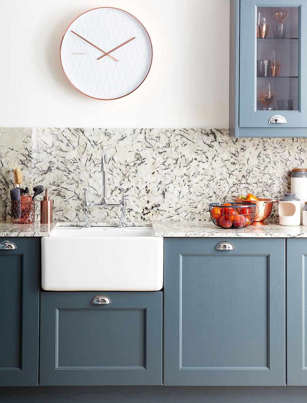 PRACOVNÁ DOSKA AZÁSTENA zrovnakého materiálu, napríklad zumelého či prírodného kameňa, doplnky zkovu arôzne odtiene sivej – to všetko zosobňuje jednu zpodôb modernej kuchyne.