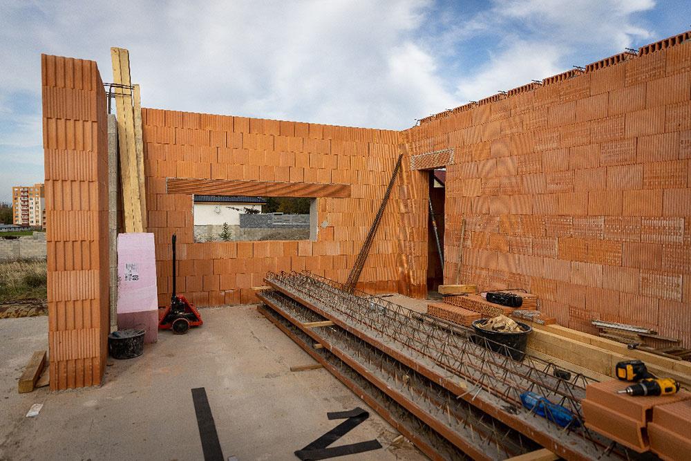 Majiteľ si zvolil nielen tehlové murivo, ale aj keramický stropný systém Britterm.