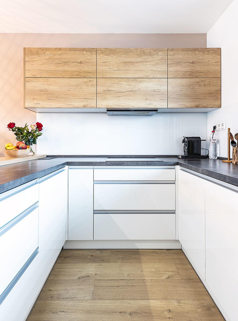 čierno-biela kombinácia v kuchyni